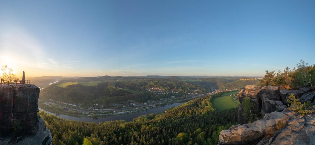Panorama am Morgen mit Sonnenaufgang auf die Elbe.