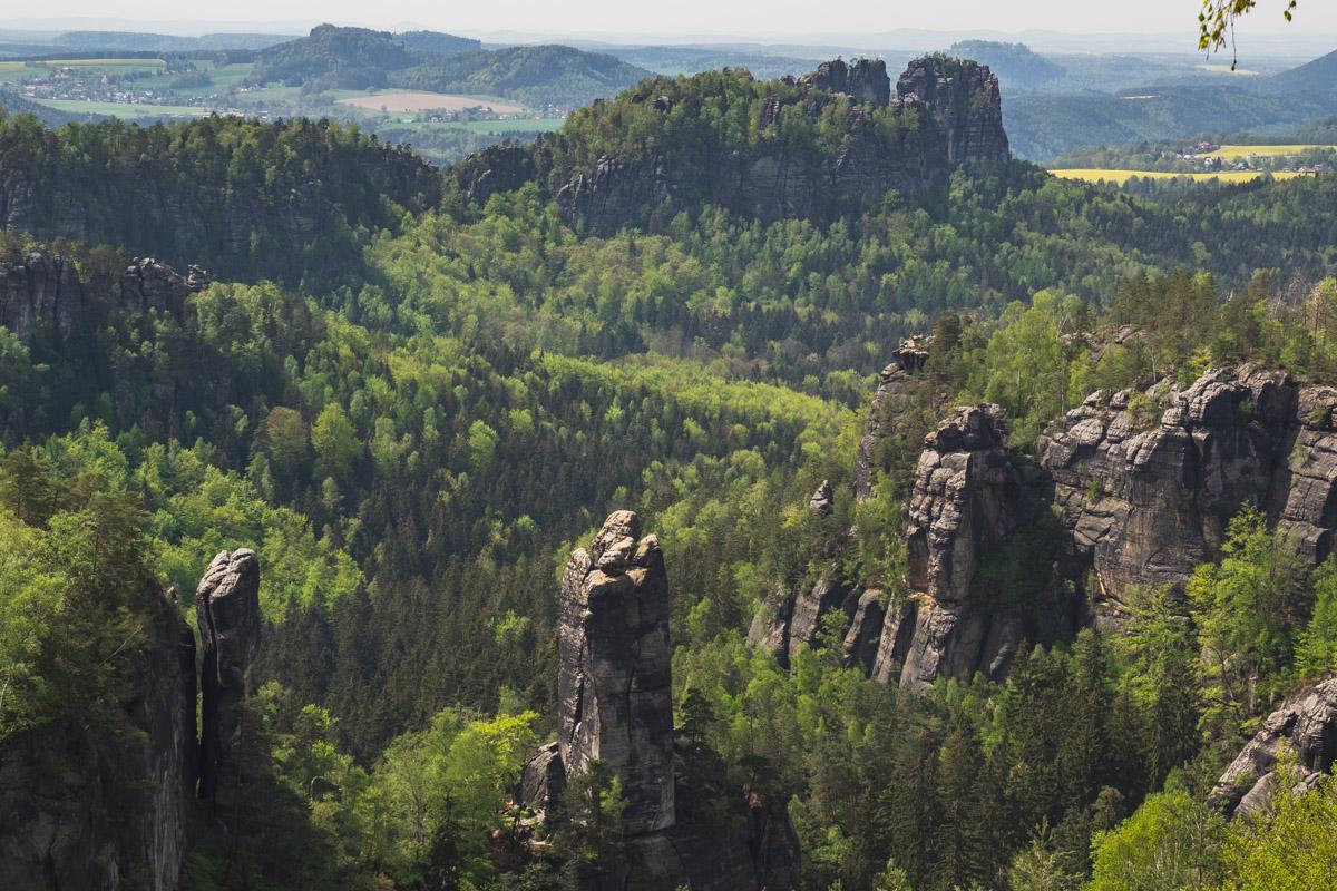 Blick über die grüne Landschaft mit Felsen zum klettern.
