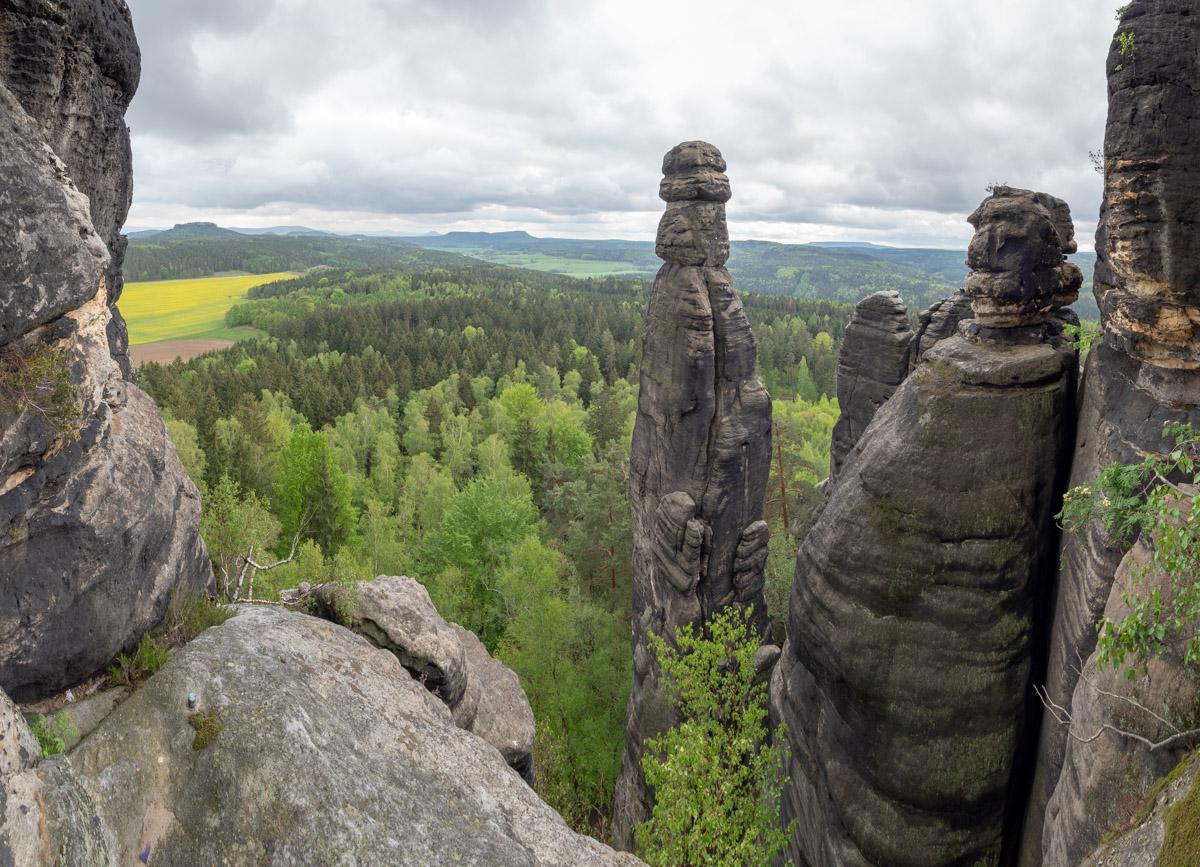 Panorama vom Aussichtspunkt mit Barbarine und Elbsandsteingebirge.