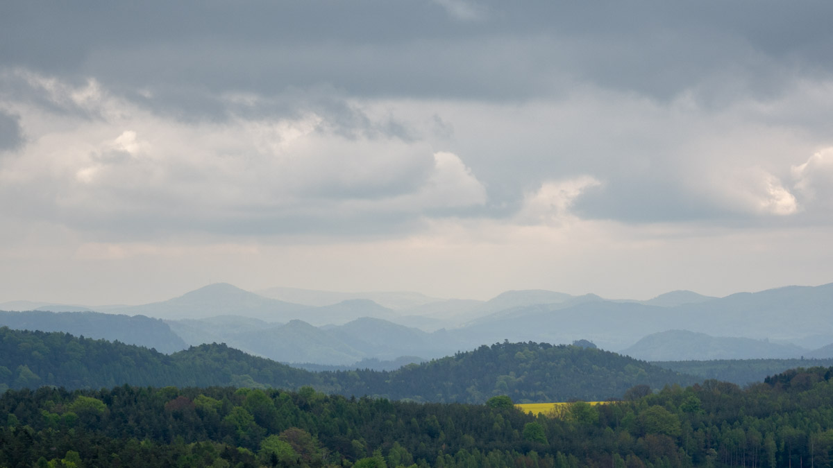 Weiter Blick in die Ferne des Elbsandsteingebirges.