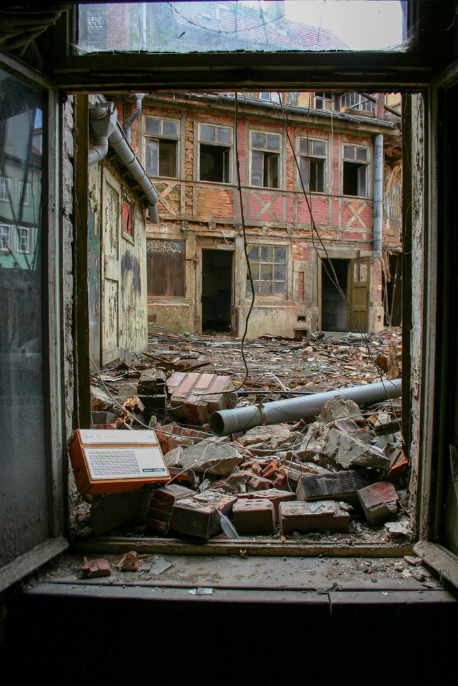 Blick aus einem Fenster eines verlassenen Hauses in Erfurt